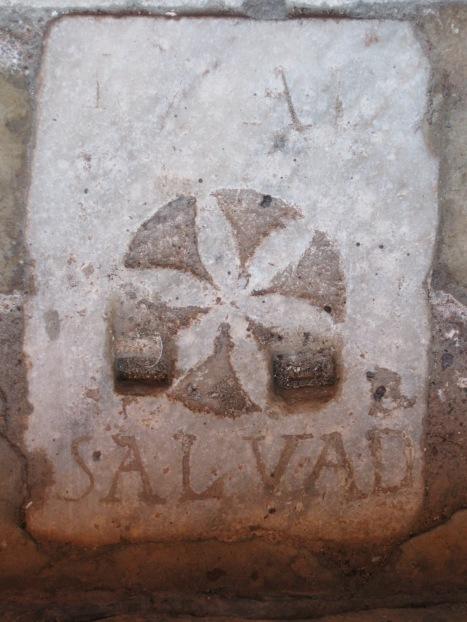 Inscripción en el suelo de la Parroquia de San Bartolomé